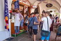 Školáci si u Jana Březiny (na snímku vlevo) mohli dát chutnou italskou zmrzlinu zdarma.