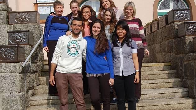 Beshoy Safwat z Egypta, Carolina Potocar z Argentiny a Margareth  Aprilia Rotva Sihombing z Indonézie (vpředu) si týden na Chodsku nemohli vynachválit.