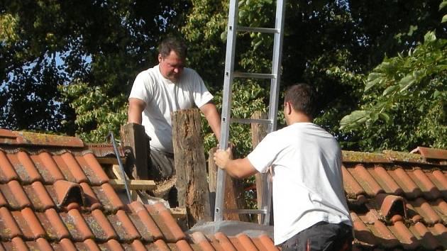 Na střechu kaple se brzy vrátí opravená zvonice.