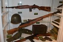 VÝSTROJ A VÝZBROJ. Na výstavě v Chodském hradu jsou k vidění i zbraně a vybavení amerických vojáků.