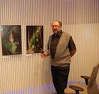 Fotograf Vratislav Baštář vystavuje v pobočce banky.