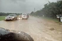 Záplava na silnici mezi Horšovským Týnem a Semošicemi.