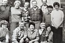 Marie Konopíková na snímku sedící uprostřed třetí zleva, nad ní, také třetí zleva, stojí její manžel. Foceno u bývalé turistické klubovny.