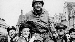 MATT KONOP na domažlickém náměstí. Americký voják s chodskými kořeny byl v květnu 1945 vřele přivítán místními.