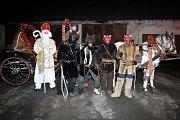 Z tradiční mikulášské jízdy v kočáře. Některé masky čertů skutečně naháněly hrůzu.