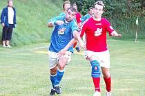 NÁVRAT KANONÝRA. Martin Šot (vlevo) se musí vyrovnat s tím, že mu soupeři nedovolí hrát fotbal, jeho spoluhráči se zase musí naučit správně využít přítomnosti obávaného kanonýra na hřišti.