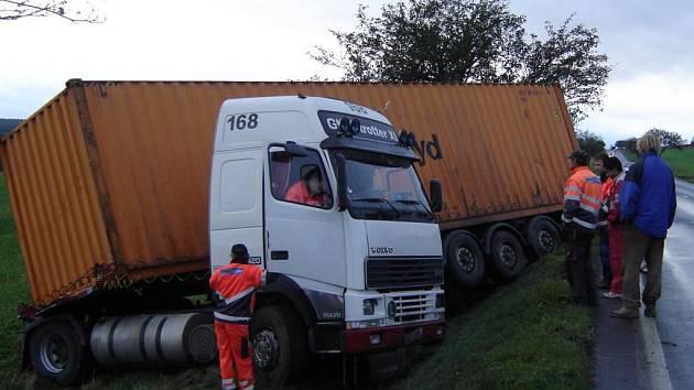 Kamion skončil v protisměru v příkopu.