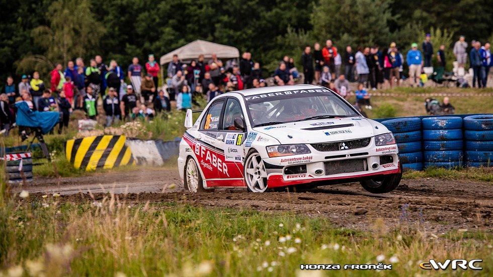 Petr Dufek už osmou sezonu usedá vedle Marcela Tučka do Mitsubishi Lancer. Na snímku na Rallye Bohemia 2019.