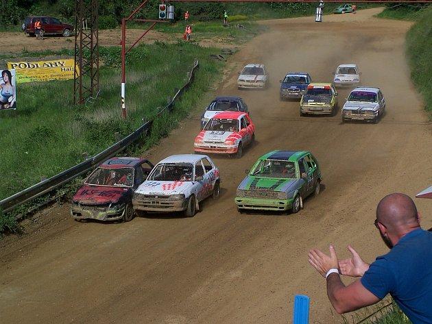 Zcela vlevo u svodidel jede Tomáš Rejžek, na něj je nalepený bílý vůz Lorenze Reichenspergera. Oba jedou s Toyotami Starlet.