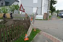 Jednapadesátiletý muž poškodil ploty dvou domů, rozhlas, dopravní značky i telefonní vedení.