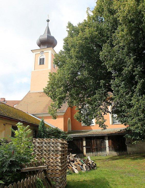 Zámek v Trhanově pocházející z druhé poloviny 17. století vlastní obec. Ta opakovaně žádá o dotace, aby ho mohla kulturní památku kompletně opravit.