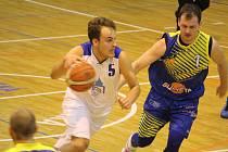 Jiskra Domažlice (hráč v bílém) podlehla Slunetě Ústí nad Labem 65:79.
