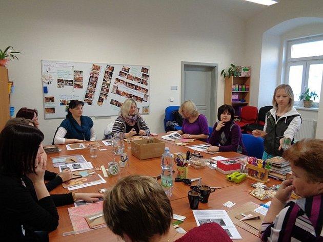 Tlumačovské UCHO uspořádalo v kdyňském Oušku první akci. Julie Nagyová (stojící vpravo) zasvětila ženy do tajemství scrapbooku.