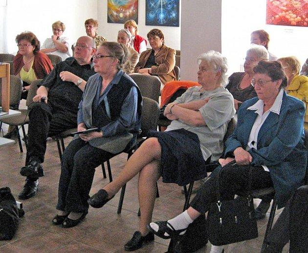 Přednáška o aradekoru spojená s promítáním unikátních diapozitivů se ve Kdyni setkala s velkým  zájmem.