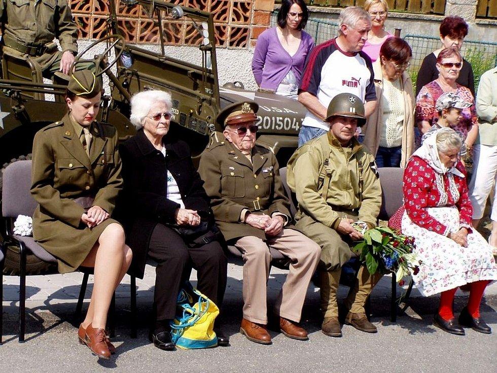 Z návštěvy bratra válečného hrdiny Virgila P. Kirkhama - Mariona Kirkhama - na Domažlicku.