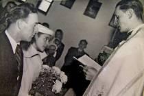 PRVNÍ SVATBA V DÍLSKÉ KAPLI. Své životy spojili před P. Václavem Dvořákem Lubomíra Milfaitová a Karel Holý.