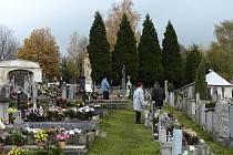 Konec října a počátek listopadu je pro lidi velkým důvodem k návštěvě hřbitovů.