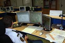 Z OPERAČNÍHO STŘEDISKA. Pracovník má k dispozici nejen krizové telefonní linky, ale i monitory s potřebnými informacemi. Od něj se jednotlivé odbory HZS Plzeňského kraje dozvídají, kdo potřebuje jejich pomoc.
