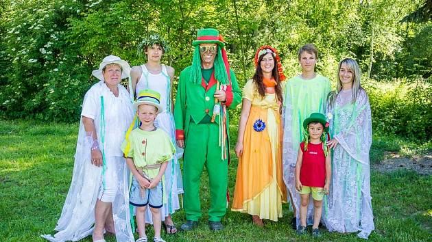 Společné foto vodníků a víl, kteří zpestřili dětem sobotní odpoledne v Draženově.