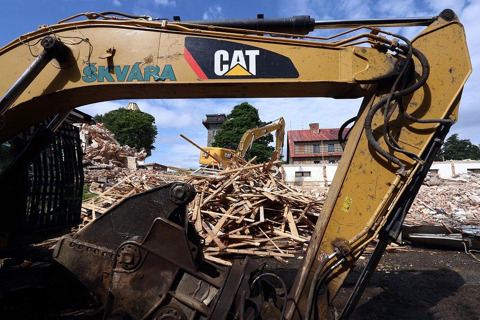 Demolice bývalých vojenských objektů na hoře Čerchov na Domažlicku 8. července 2021.
