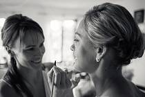 Vizážistka Tereza Dadová (vlevo). Kromě modelek a celebrit je žádaná pro líčení svateb. Jezdí za nimi i do rodného kraje na Chodsko.