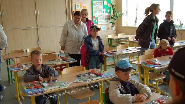 Třídy v novém školním pavilonu si děti hned vyzkoušely.