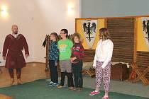 Skupina historického šermu Renegáti zpestřila žákům hodinu dějepisu.