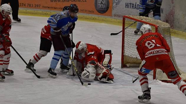 HC Tachov (v červeném) - HC Domažlice (v modrém) 3:4 (1:2, 1:1, 1:1).