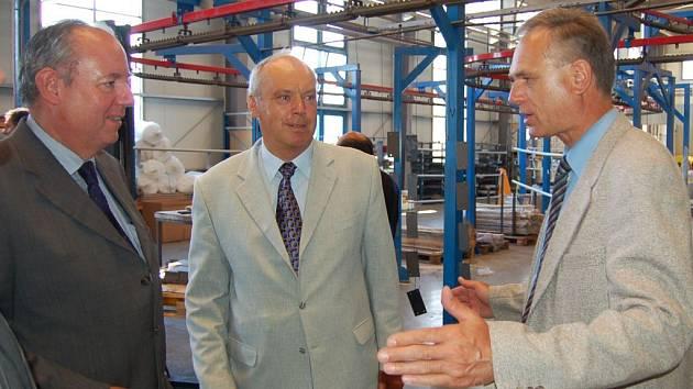 Šéfa koncernu Wuppermann AG  Gerda Edgara Wuppermanna (vlevo) a holýšovského starostu Antonína Pazoura (uprostřed)  provozem provedl ředitel holýšovského podniku WKT Rudolf Vohnout.
