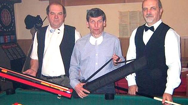 VÍTĚZOVÉ BILLIARDOVÉ SEZONY 2007/09. Zleva stříbrný Josef Malík (124 bodů), uprostřed zlatý Josef Vogeltanz (139 b.) a bronzový Zdeněk Martínek (112 b.)