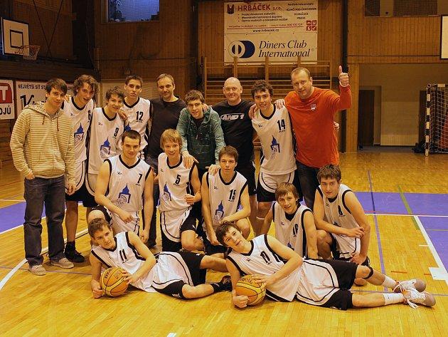 Společný snímek basketbalistů Jiskry Domažlice U19 po vítězném utkání s Brandýsem.