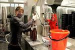 Zaměstnankyně Městského pivovaru Domažlice u poloautomatické stáčírny piva.