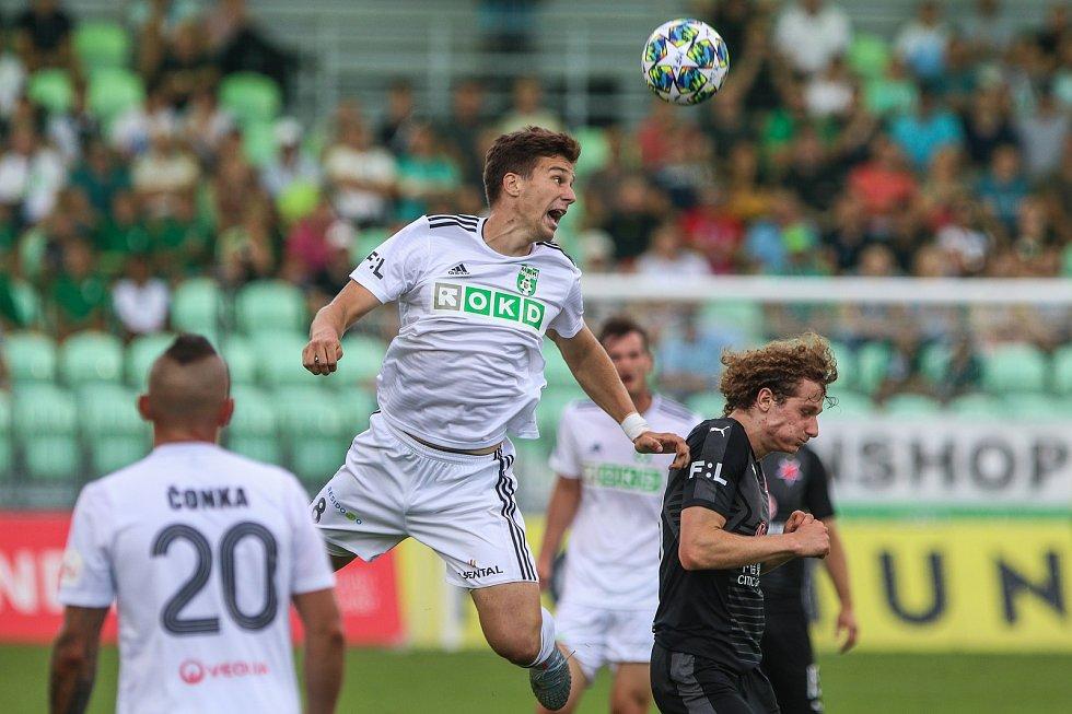 Utkaní 4. kola fotbalové FORTUNA:LIGY: MFK Karviná - SK Slavia Praha, 4. srpna 2019 v Karviné. Na snímku (zleva) Vojtěch Smrž, Alex Král.