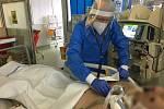 Primář oddělení ARO Domažlické nemocnice Vojtěch Hynek a jeho tým se starají o covidové pacienty s nejtěžším průběhem onemocnění. Oddělení je stále plné.