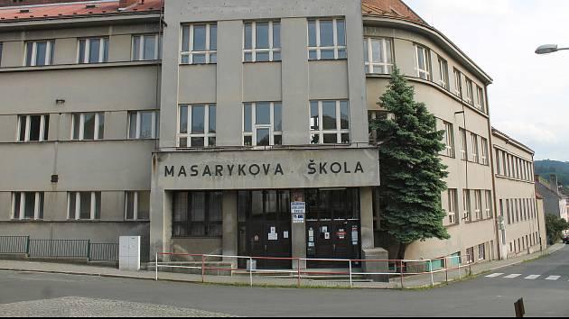 Ve zdech Masarykovy základní školy se drží vlhkost. Řemeslníci se v létě pustí do sanace.