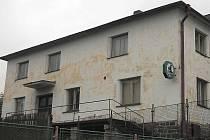 REKONSTRUKCE. Stará budova Sokolovny v Chodské Lhotě z roku 1926 volá po rekonstrukci.