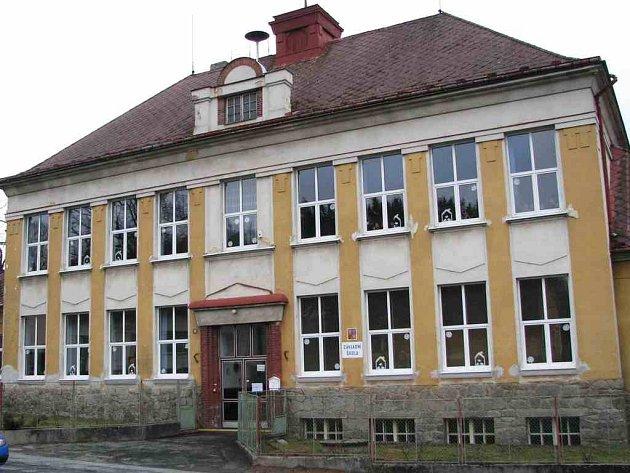 Budova, ve které sídlí chodovská škola, byla postavena v roce 1924.