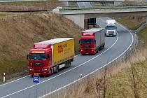 Kamiony mohou pohodlně jezdit mimo zástavbu.