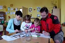 TAKTO TVOŘILI FIŠEROVI Z HAMRU. Evičku a Elišku přišli do školky podpořit oba rodiče. Výsledkem jejich společného snažení byla ´kachlička´, která označí v zahrádce záhonek s mateřídouškou.
