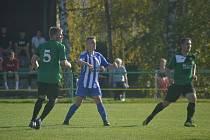 Milan Obdržálek (ZD Meclov) vpravo v zeleném dresu v utkání s Jiskrou Domažlice B. Foto: Jiří Pojar.