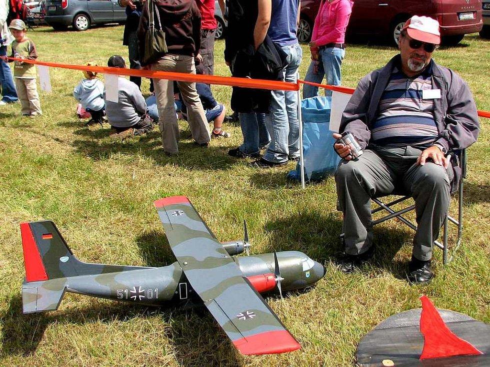 Model air show Drápalík. Zdeněk Drbal z Klenčí pod Čerchovem přijel na show s transportním letadlem se dvěma motory.