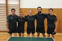 Třetiligoví stolní tenisté KST Klatovy (Lukáš Zahradník druhý zprava) zvítězili v týmech v okresní anketě o nejúspěšnějšího sportovce Klatovska za loňský rok 2020.