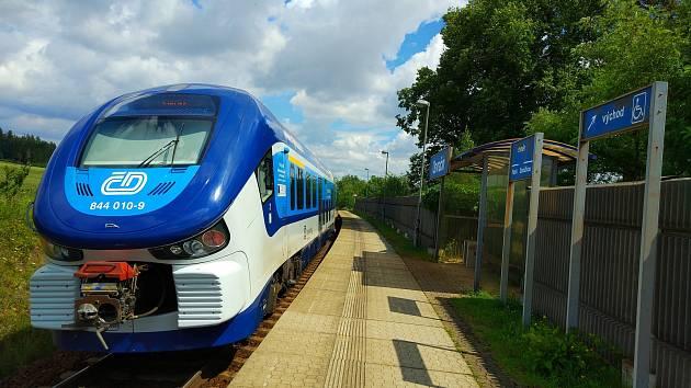 Osobní vlaky od Domažlic končí ve Vejprnicích. Výluka potrvá do 27. června. Náš snímek je ze zastávky Osvračín.