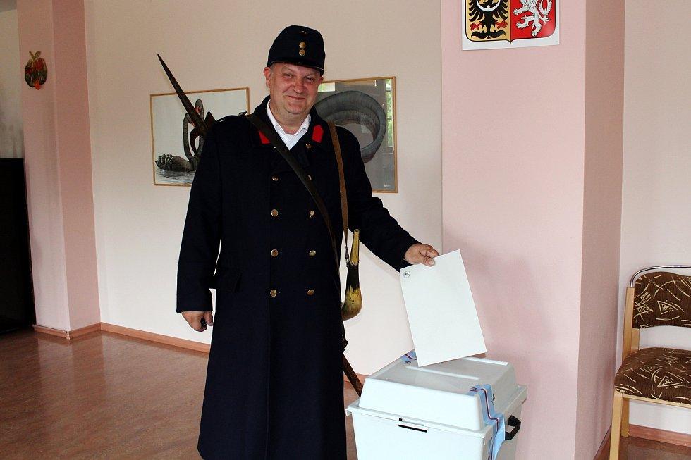 Domažlický ponocný Roman Holub u voleb do Evropského parlamentu