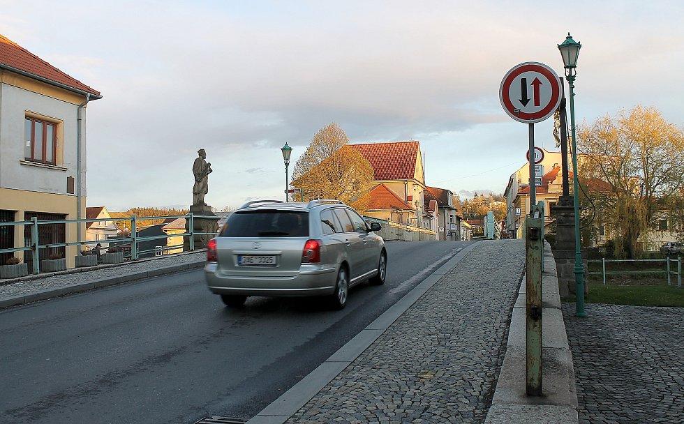 Poslední auta přes most projedou v neděli. Od pondělí je v místě uzavírka, která potrvá až do konce roku.