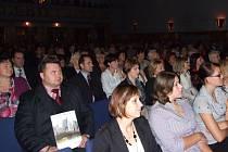 Diváci při čtvrtečním divadelním představení v MKS Domažlice.