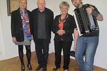 JANA VACKOVÁ (zleva),  VÁCLAV SIKA, MARIE NĚMEJCOVÁ ŠEDÁ A  MUZIKANT PETR VACEK  při nedělním zahájení nové výstavy Dvě Evy v domažlickém Muzeu Chodska.