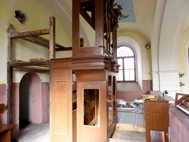 Z rekonstrukce varhan v bělském kostele.