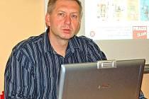 Učitel Karel Štípek ze Základní školy Msgre B. Staška v Domažlicích je hlavním tvůrcem a realizátorem ojedinělého projektu, díky jemuž se děti mohou učit ve špičkově vybavené učebně výpočetní techniky s interaktivní tabulí