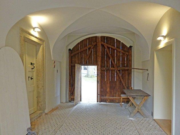 VSTUP DO DOMU PŘÍRODY. Tato vrata se za pár týdnů otevřou pro návštěvníky.